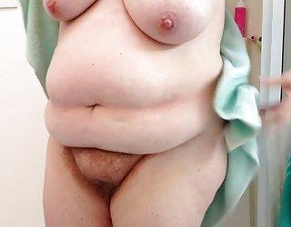 Bbw femme, en essuyant de chattes poilues,seins,le ventre avant de se coucher vieille salope gratuit