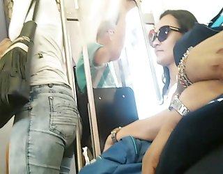 Brésiliens de grands trous du cul dans le train un film de porno