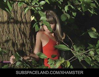 Jeune blonde ligoté et dans la forêt sexe free