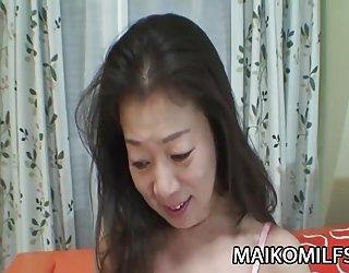 Yoshiko - asiatique mature baisée par un jeune membre superbes femmes nues