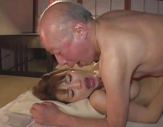 Le vieil homme et la belle japonaise, la jeune femme film du porno