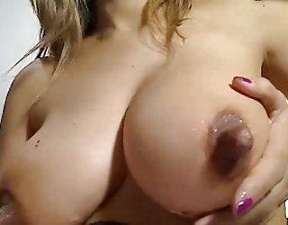 Les cubes de glace utilisés sur ses longs mamelons femme nue porno