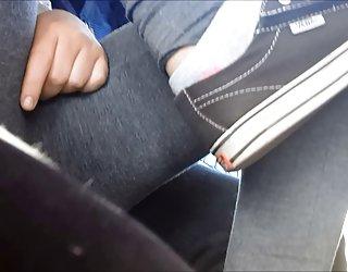 Coquine teen se frotte la chatte sur le bus cochone sexi
