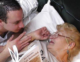 Une très vieille grand-mère lèche cul jeune femme nue sexi