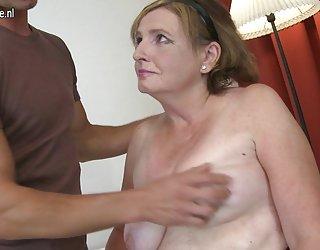 La grand-mère baise avec un jeune mec comme un chien x vidéos porno
