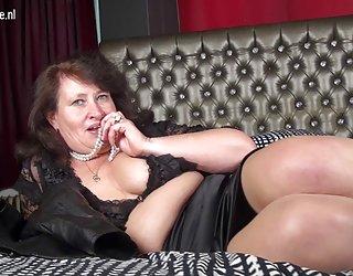 Mature bbw maman joue avec un films x à télécharger