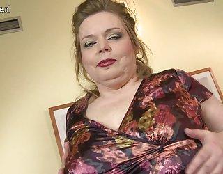 Gros seins mature maman joue avec sa chatte rasée film x en video